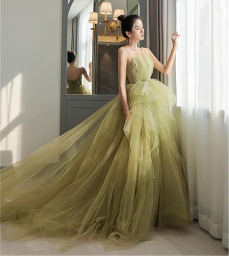 Váy cưới ngày nay không chỉ bó buộc ở màu trắng, mà còn thêm rất nhiều màu sắc khác, thể hiện sự cá tính và hiện đại của các cô dâu trẻ